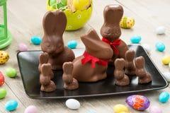 Conejitos del chocolate y huevos de Pascua Fotos de archivo