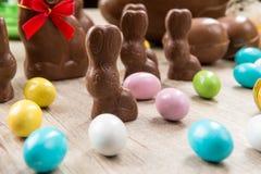 Conejitos del chocolate y huevos de Pascua Imagen de archivo