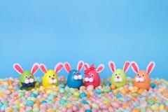 Conejitos del huevo de Pascua en habas de jalea en fila Fotos de archivo