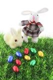 Conejitos del juguete y huevos de Pascua suaves Fotos de archivo