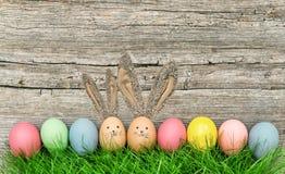 Conejitos divertidos de los huevos de Pascua con los oídos grandes Imágenes de archivo libres de regalías
