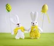 Conejitos divertidos de Pascua con los huevos Fotografía de archivo libre de regalías