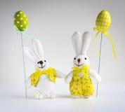 Conejitos divertidos de Pascua con los huevos Fotos de archivo libres de regalías