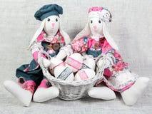 Conejitos hechos a mano de Pascua con los huevos adornados Imágenes de archivo libres de regalías