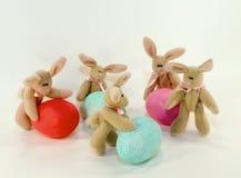 Conejitos y huevos de pascua. Foto de archivo