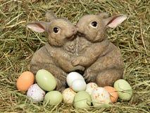 Conejitos y huevos de pascua Imagen de archivo