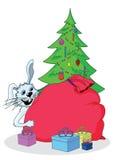 Conejo, árbol de navidad y regalos blancos Imágenes de archivo libres de regalías