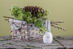 Conejo alegre de Pascua con la cesta Foto de archivo libre de regalías
