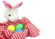 Conejo blanco con los huevos en el fondo blanco Imagen de archivo
