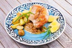 Conejo con las patatas y el limón en la salsa cremosa, adornada con estragón Fotos de archivo libres de regalías
