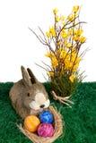 Conejo de conejito de pascua con los huevos coloridos Imagen de archivo libre de regalías