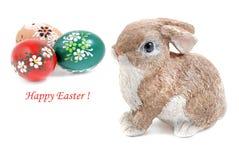 Conejo de conejito de pascua con los huevos de Pascua pintados Imagen de archivo libre de regalías