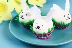 Conejo de Diy de los huevos de Pascua en fondo azul Ideas del regalo, decoración Pascua, primavera handmade foto de archivo