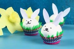 Conejo de Diy de los huevos de Pascua en fondo azul Ideas del regalo, decoración Pascua, primavera handmade imagen de archivo libre de regalías