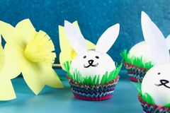Conejo de Diy de los huevos de Pascua en fondo azul Ideas del regalo, decoración Pascua, primavera handmade fotografía de archivo libre de regalías