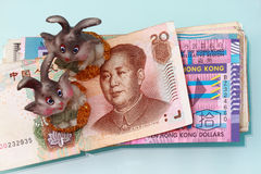 Conejo de la estatuilla con el dinero en circulación del rmb Imágenes de archivo libres de regalías