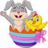Conejo de la historieta y polluelo del bebé dentro de un huevo de Pascua libre illustration