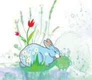 Conejo de Pascua con el fondo de las flores Fotos de archivo