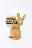 Conejo de Pascua con el huevo de la arcilla Foto de archivo libre de regalías