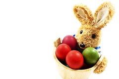 Conejo de Pascua con la cesta de huevos de Pascua Fotografía de archivo libre de regalías