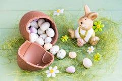 Conejo de Pascua con los caramelo-huevos imagenes de archivo