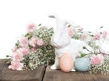 Conejo de Pascua con los claveles rosados imágenes de archivo libres de regalías