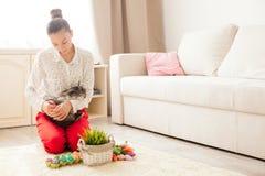 Conejo de Pascua en hogar Foto de archivo