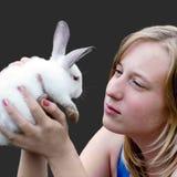 Conejo de Pascua en las manos de la chica joven Imagen de archivo