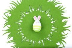 Conejo de Pascua en mantel verde Imágenes de archivo libres de regalías