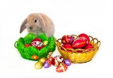 Conejo de Pascua y dos cestas con los huevos de Pascua Fotografía de archivo