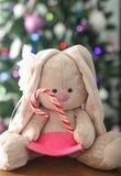 Conejo del árbol de navidad y de la felpa Fotos de archivo libres de regalías