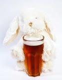 Conejo del juguete con el vidrio de cerveza Fotos de archivo