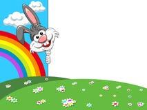 Conejo del personaje de dibujos animados que mira a escondidas detrás del cartel en blanco el la primavera n Imágenes de archivo libres de regalías