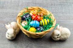 Conejo feliz de Pascua y huevos coloreados foto de archivo