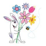 Conejo feliz que sostiene las flores Fotografía de archivo libre de regalías