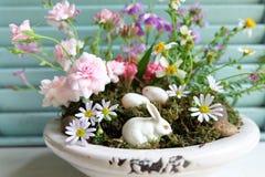 conejo, huevo y flor para el día de Pascua Foto de archivo
