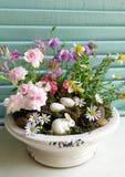 conejo, huevo y flor para el día de Pascua Foto de archivo libre de regalías