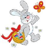 Conejito de pascua con una cesta de huevos