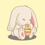 Conejo que sostiene el huevo de Pascua Fotografía de archivo libre de regalías