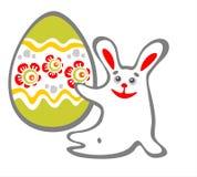 Conejo y huevo de Pascua que se sientan Fotografía de archivo libre de regalías