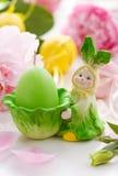 Conejo y vela de Pascua Imagenes de archivo