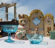 Conejos de la porcelana del vintage en el mercado de pulgas Imagenes de archivo