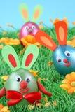 Conejos de Pascua en hierba imagenes de archivo