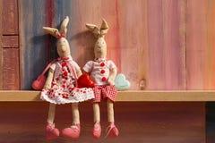 Conejos en día de tarjetas del día de San Valentín de la invitación de la boda del amor Fotografía de archivo libre de regalías