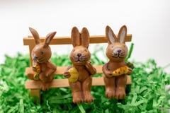 Conejos que se sientan en un banco cerca de una ventana Imagen de archivo