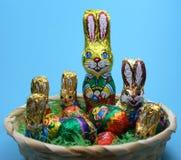 Conejos y huevos dulces en cesta Foto de archivo libre de regalías