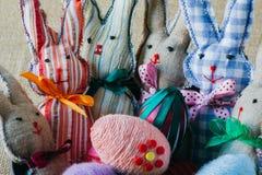 Conejos y huevos hechos a mano de pascua Fotos de archivo libres de regalías