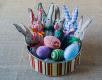 Conejos y huevos hechos a mano de pascua Imágenes de archivo libres de regalías