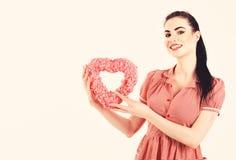 Conept de coeur et d'amour La fille avec composent le coeur rose de prises, symbole de jour de valentines photo libre de droits
