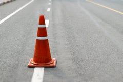Cones alaranjados e brancos na estrada Imagens de Stock Royalty Free